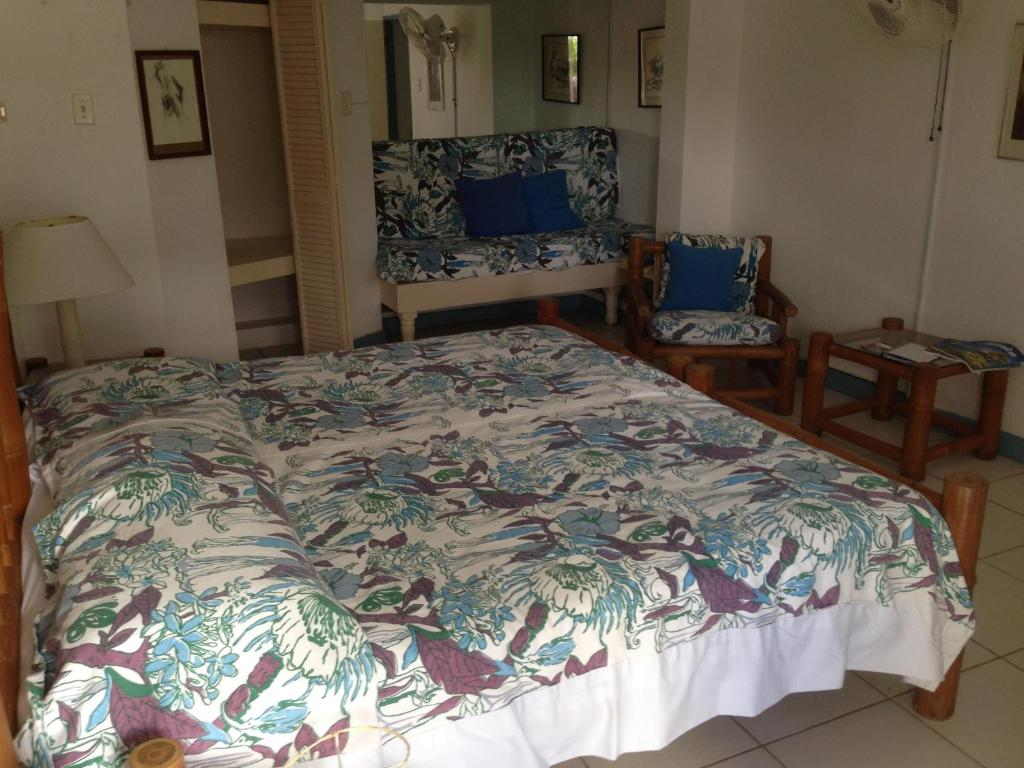 A bed or beds in a room at Hotel Mocking Bird Hill