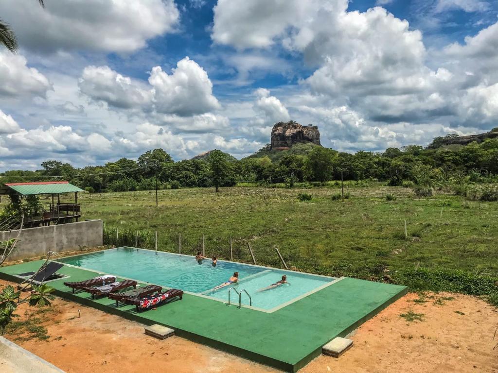 Uitzicht op het zwembad bij Lankapura Heritage Hotel of in de buurt