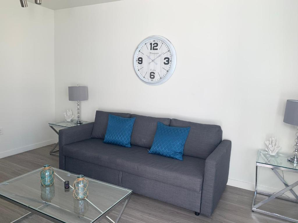 A seating area at DOWNTOWN LA STAPLES CENTER APARTMENT+3 BEDS! Preview listing