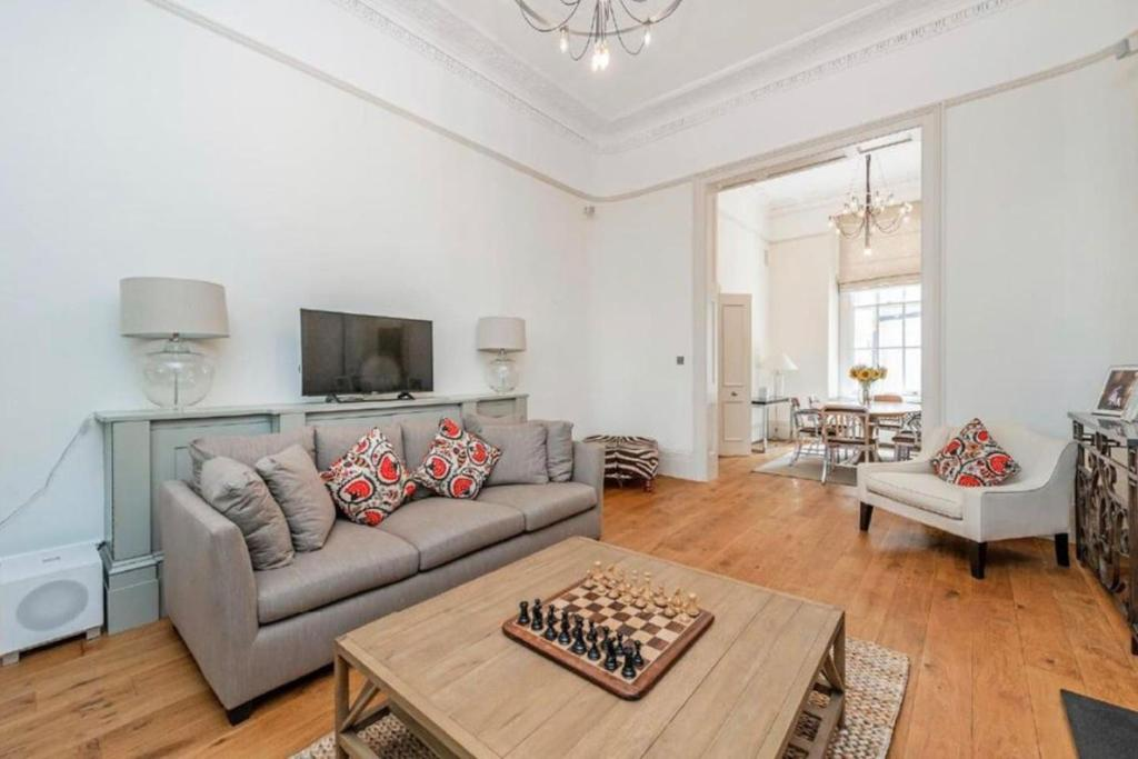 Extraordinary Three Bedrooms A Moment From Hyde Park