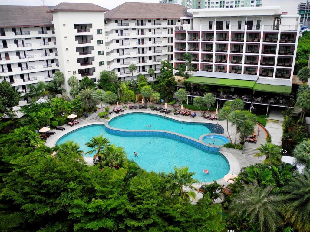 Вид на бассейн в Wong Amat Privacy Condo или окрестностях