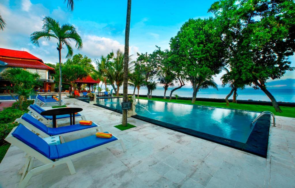 Puri Saron Hotel Baruna Beach Lovinaの敷地内または近くにあるプール