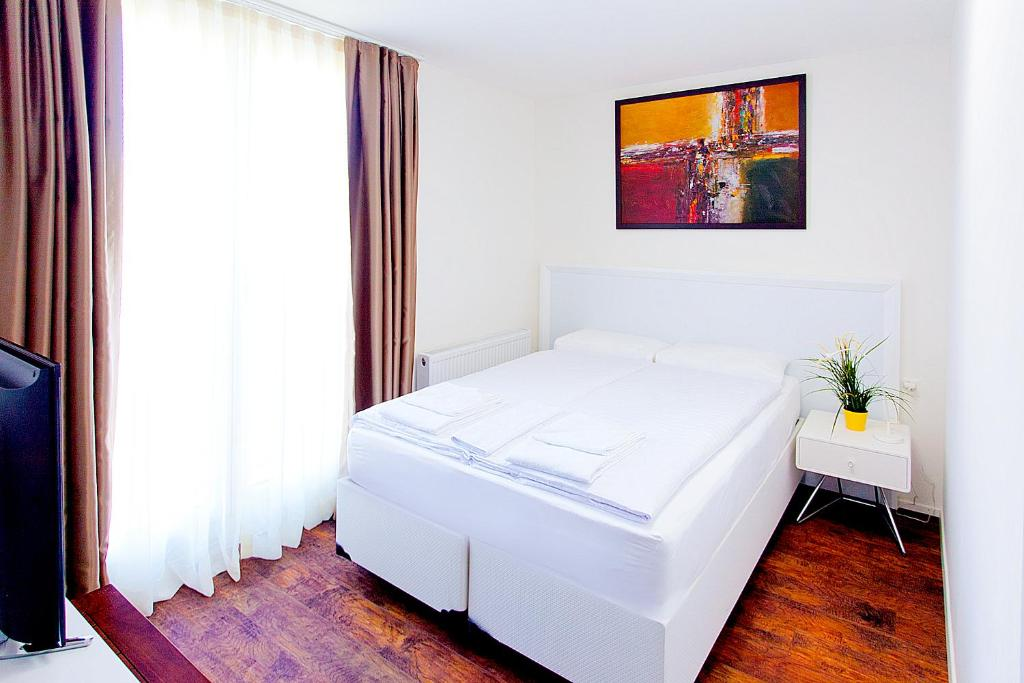 A bed or beds in a room at Suite Apartments by Livingdowntown