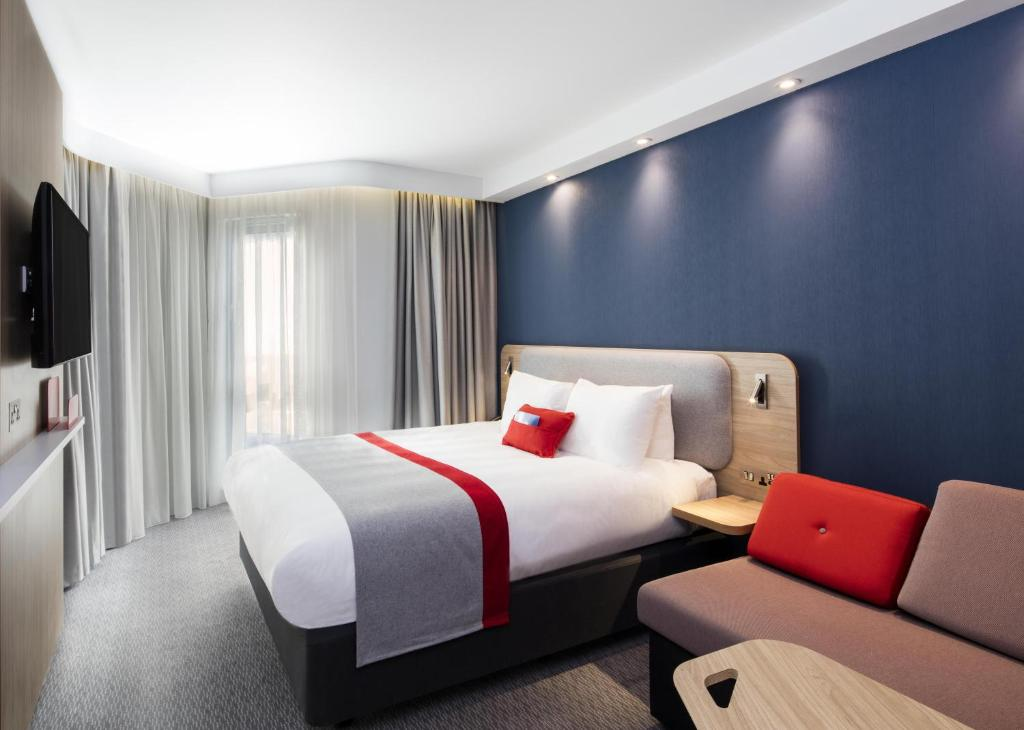 A bed or beds in a room at Holiday Inn Express Belfast City