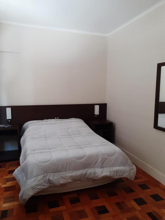 A bed or beds in a room at Quarto com banheiro privado