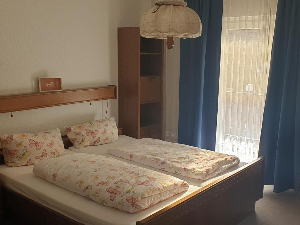 A bed or beds in a room at Haus Am Waldesrand