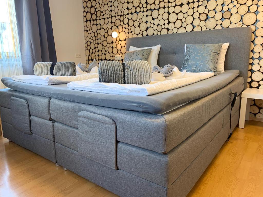 Ein Bett oder Betten in einem Zimmer der Unterkunft Gasthaus & Hotel Backhendlstation