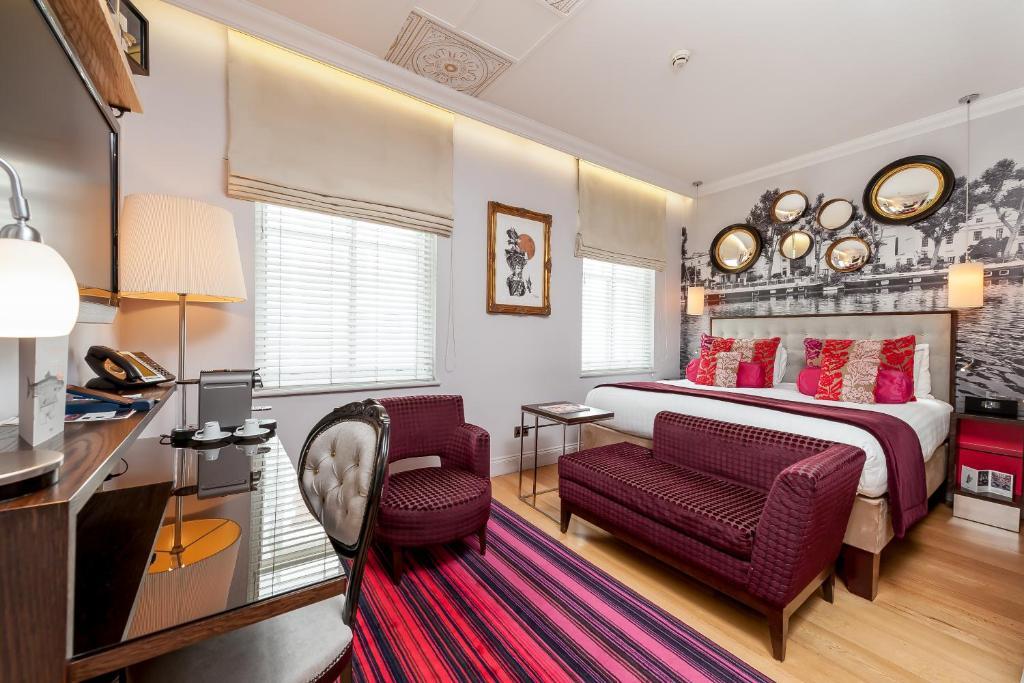 A seating area at Hotel Indigo London-Paddington