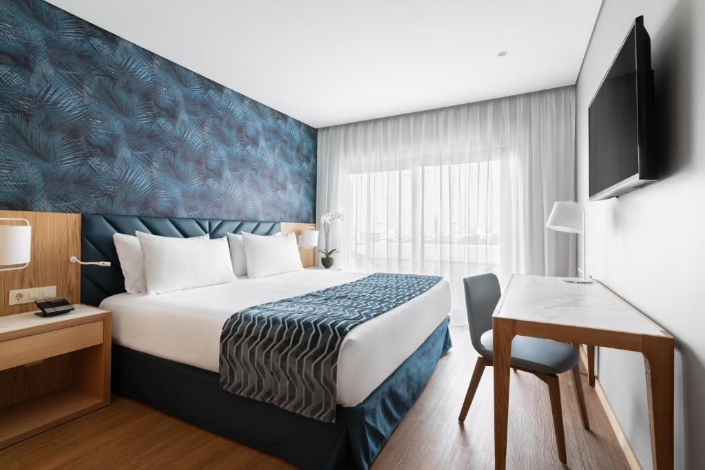 A bed or beds in a room at Eurostars Matosinhos