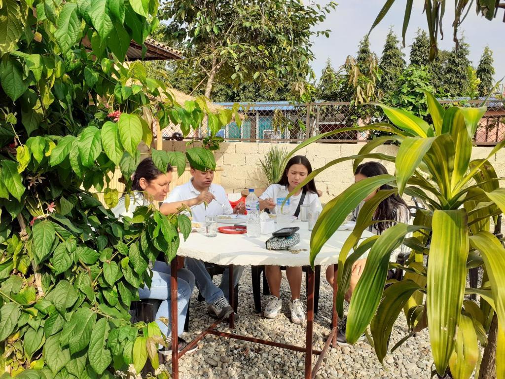 Un restaurante o sitio para comer en Hotel Tiger Tops Sauraha