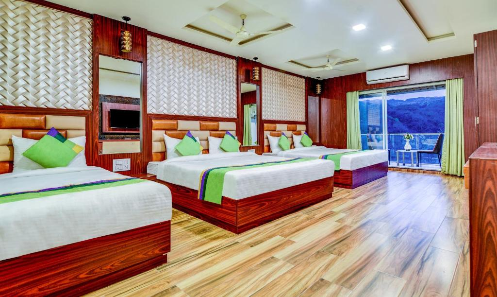 A bed or beds in a room at Treebo Trend Khushi River Side Retreat