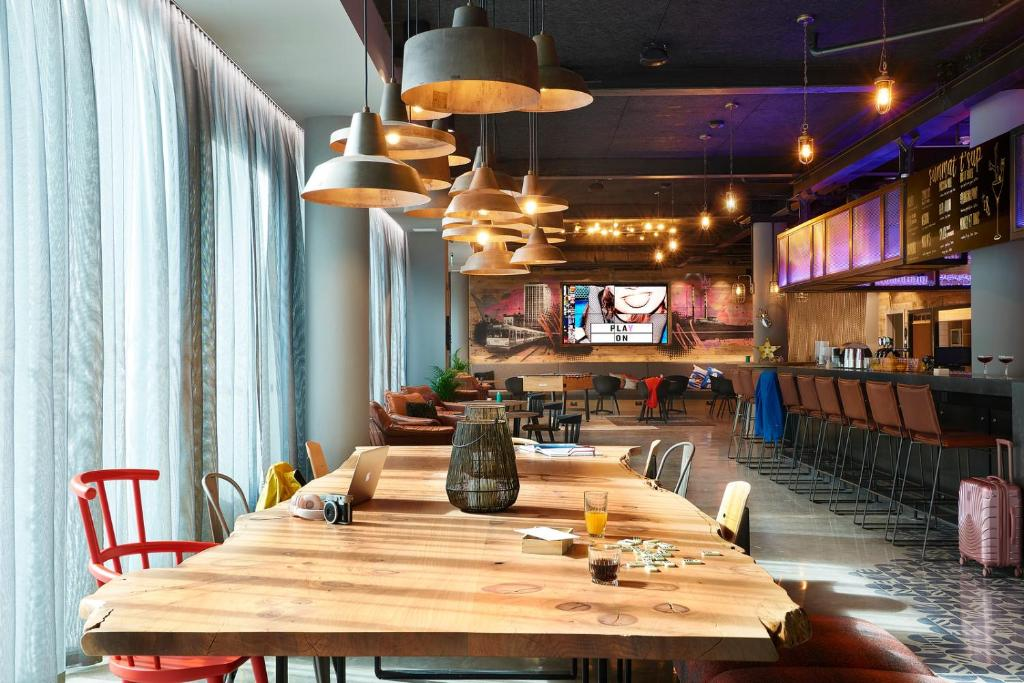 A restaurant or other place to eat at Moxy Dublin City