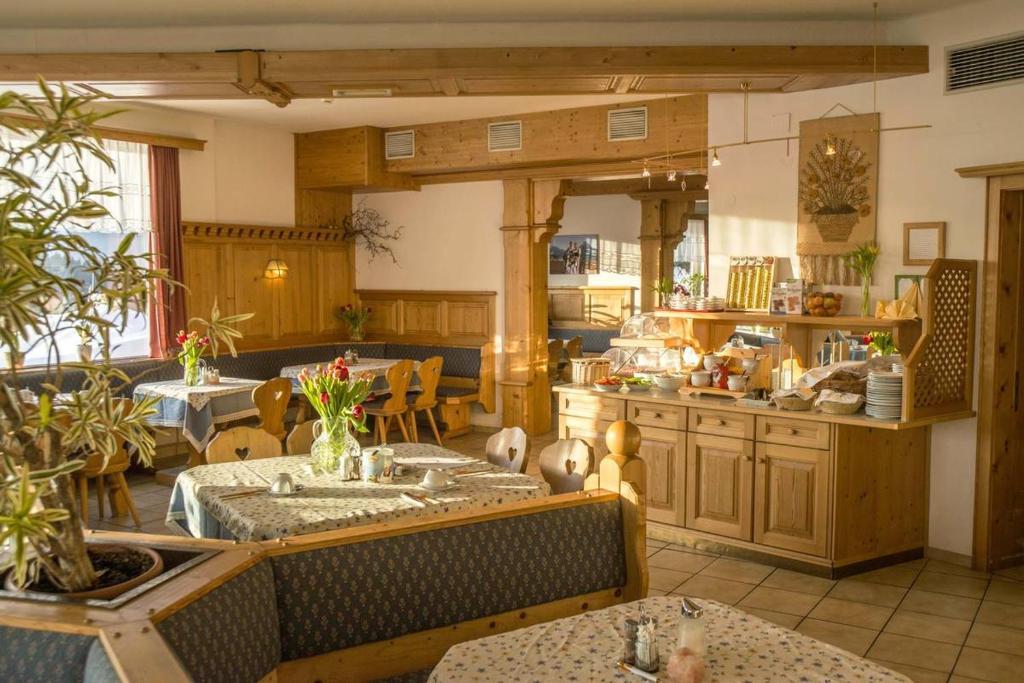 Ein Restaurant oder anderes Speiselokal in der Unterkunft Hotel Pension Sonnenuhr