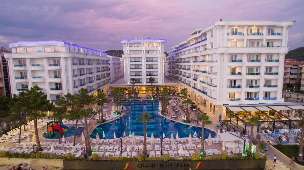 נוף של הבריכה ב-Grand Blue Fafa Resort או בסביבה