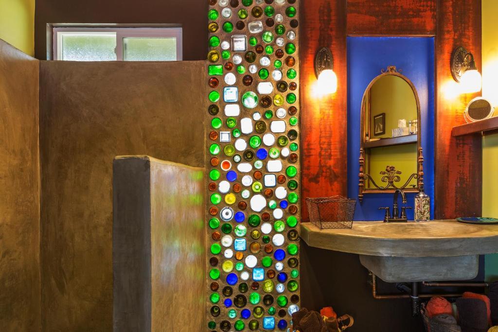 A bathroom at Joshua Tree Green Oasis