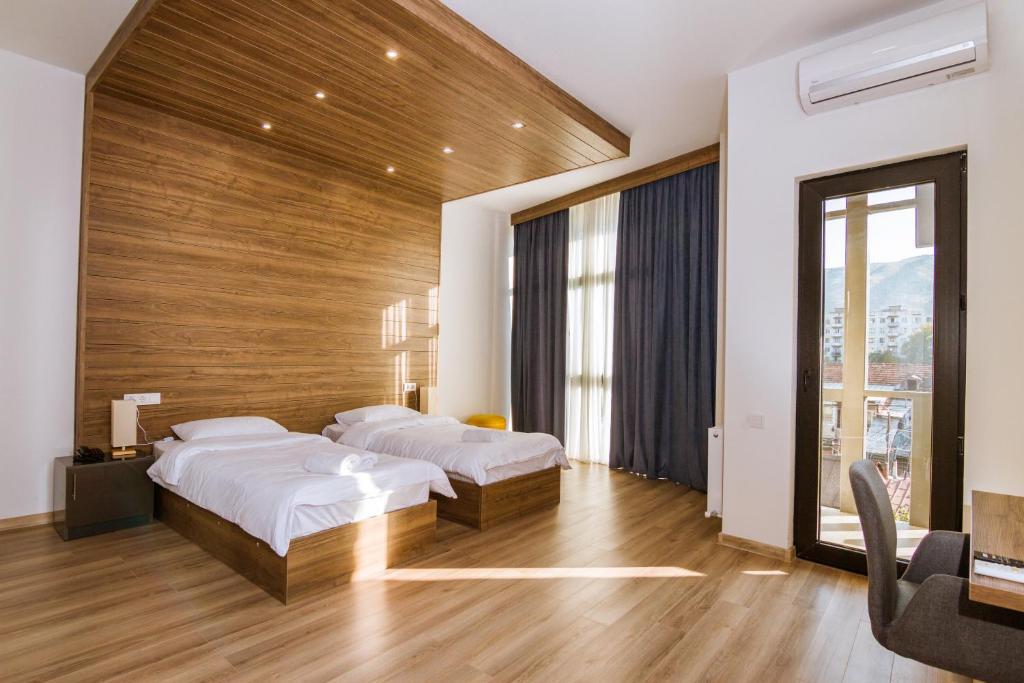 Кровать или кровати в номере Victoria Inn Tbilisi