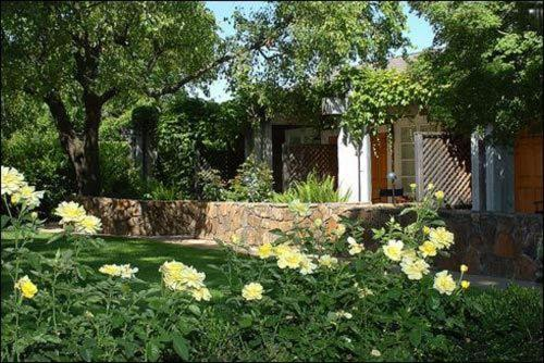Um jardim em Petit Logis Inn