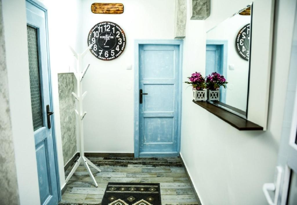 A kitchen or kitchenette at Shabby Chic Apartment