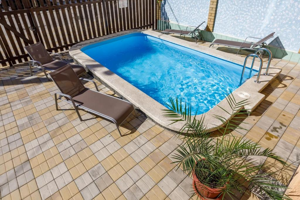 The swimming pool at or near Guest House Klever