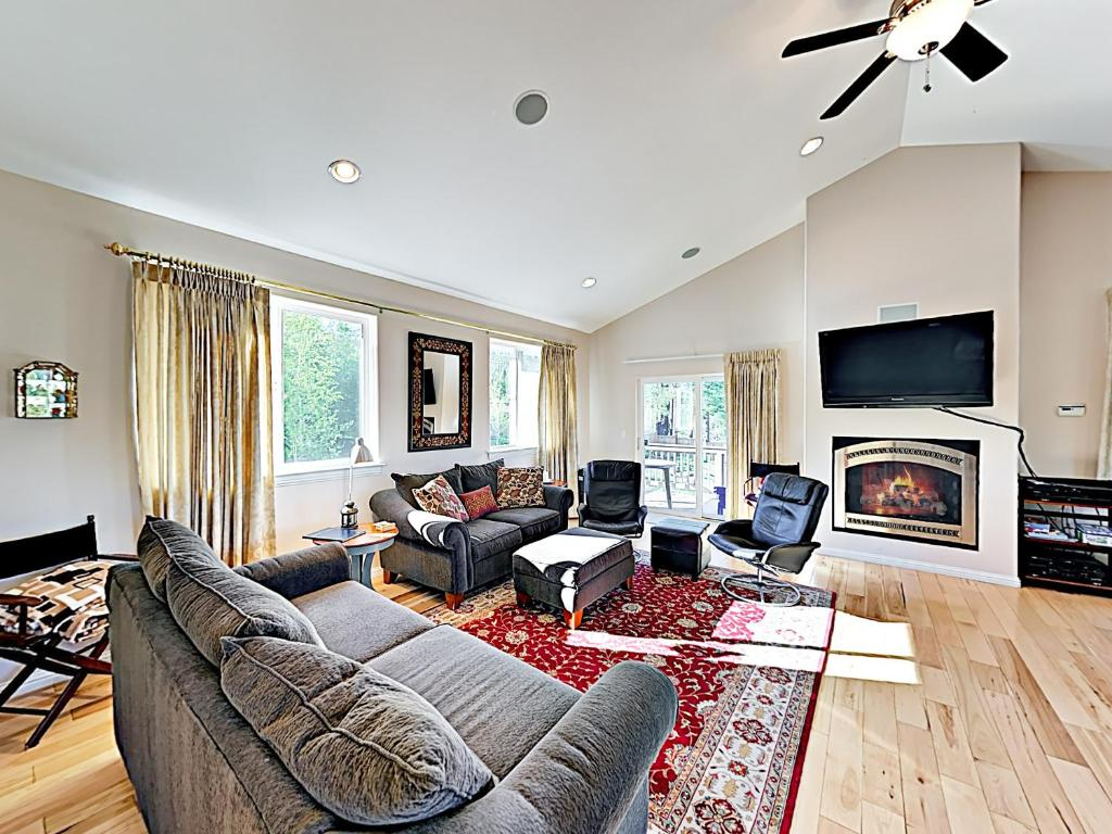 A seating area at New Listing! Mountain-View Eden W/ Spacious Balcony Home