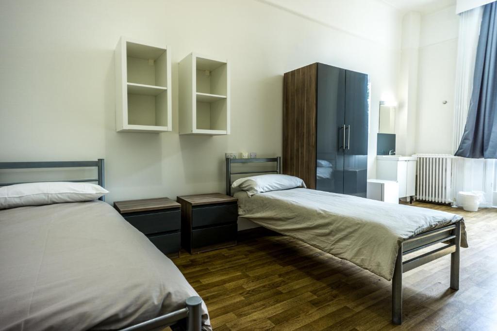A bed or beds in a room at Sandeman-Allen Hostel (Bayswater)