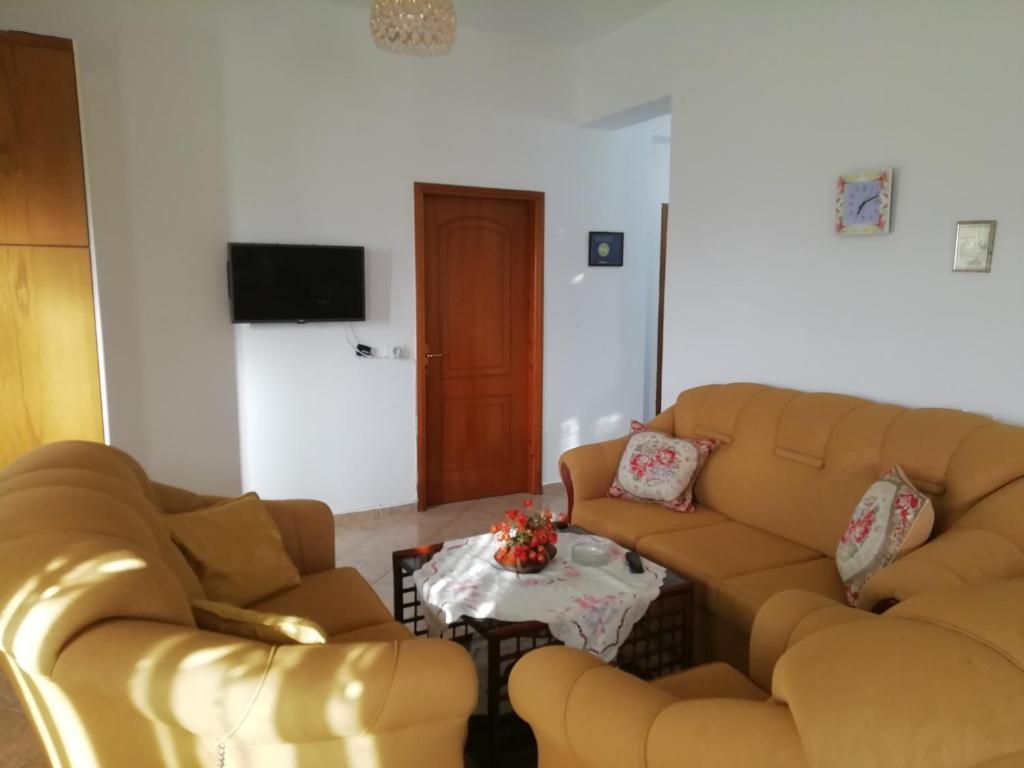 A seating area at Apartment Skrapalli Ksamil