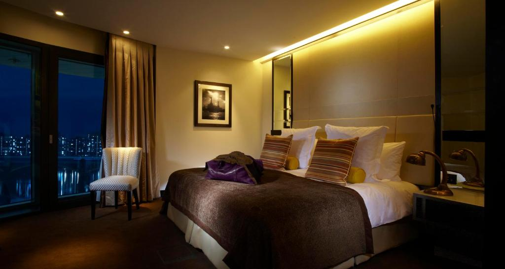 A bed or beds in a room at Crowne Plaza London Battersea