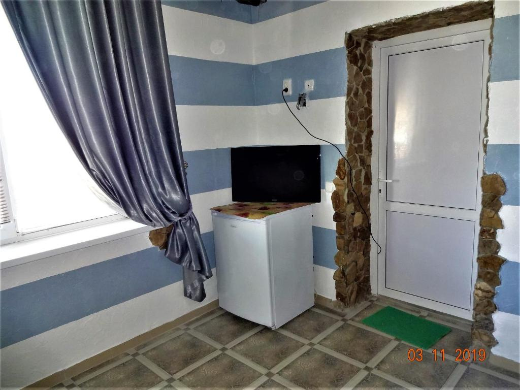 A television and/or entertainment center at Guest House Azovsafari