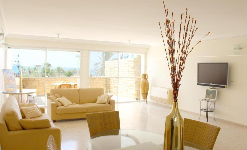 A seating area at DUPLEX ON THE BEACH ASHDOD