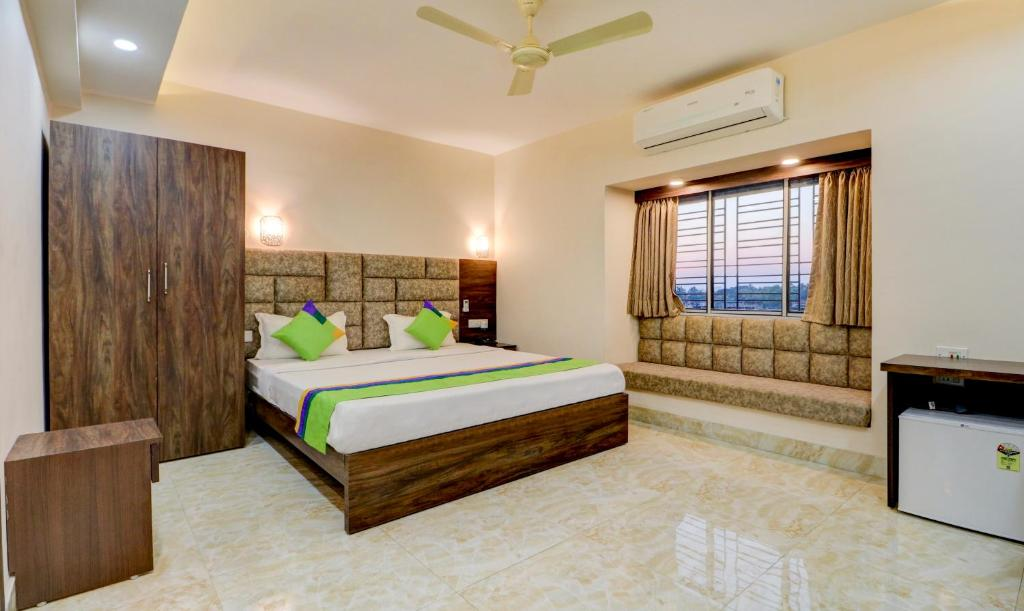 A bed or beds in a room at Treebo Trend Bandhan Residency