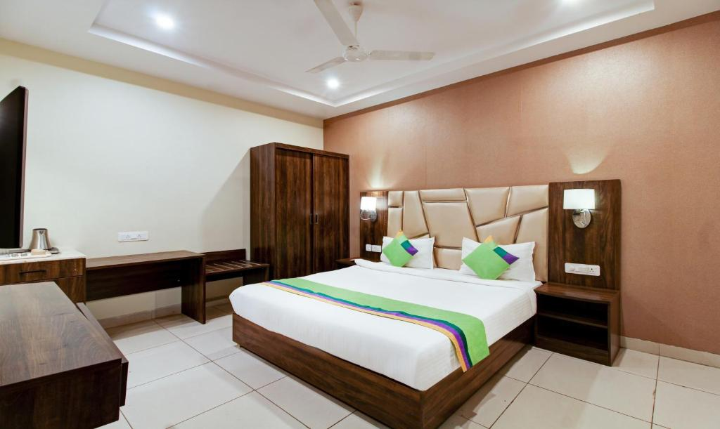 A bed or beds in a room at Treebo Trend Sindhura Grand