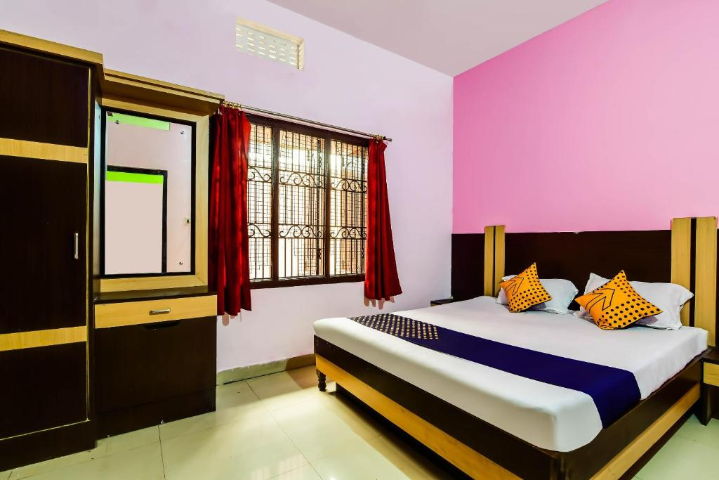 A bed or beds in a room at SPOT ON 63771 Hotel Puri Dham