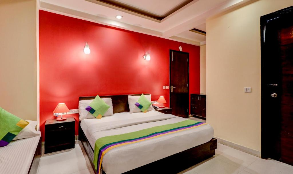 A bed or beds in a room at Treebo Trend Sai International Dwaraka