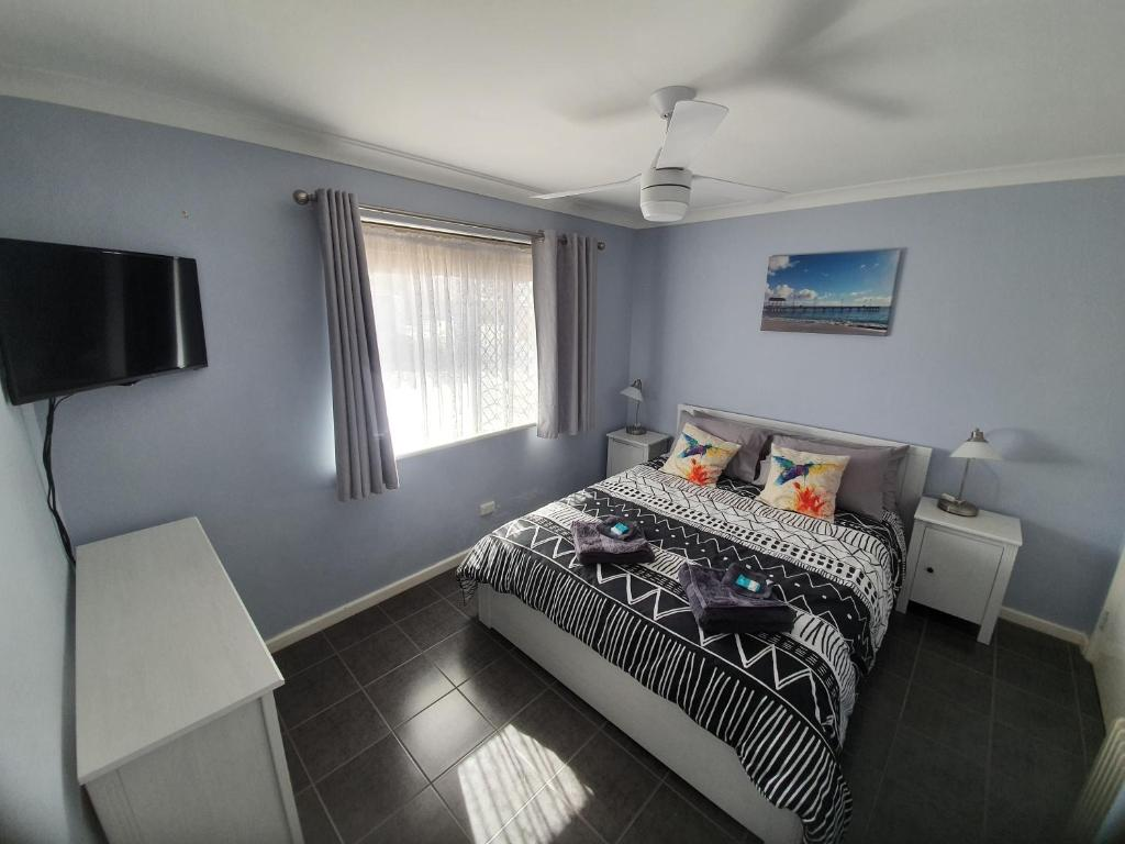 A bed or beds in a room at Ocean Beach Chalet 18