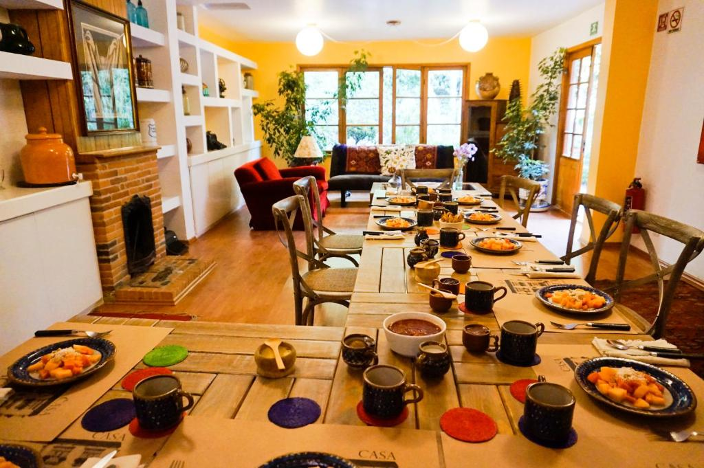 A restaurant or other place to eat at Casa Jacinta Guest House