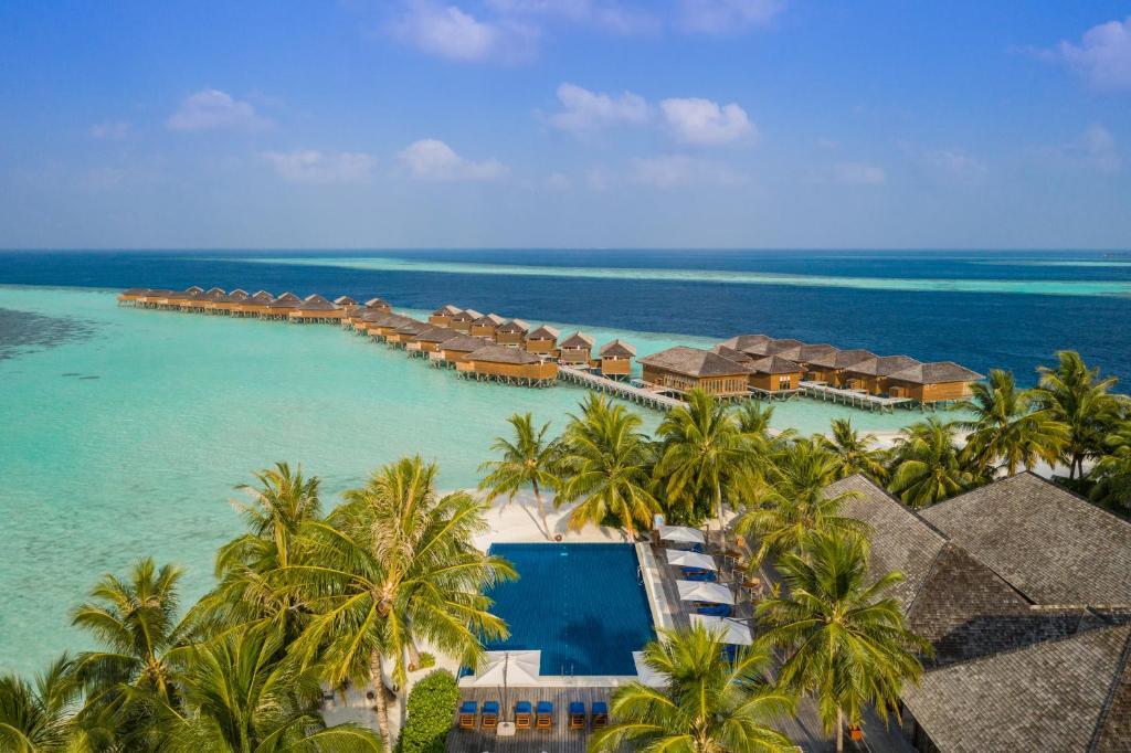Výhľad na bazén v ubytovaní Vilamendhoo Island Resort & Spa alebo v jeho blízkosti