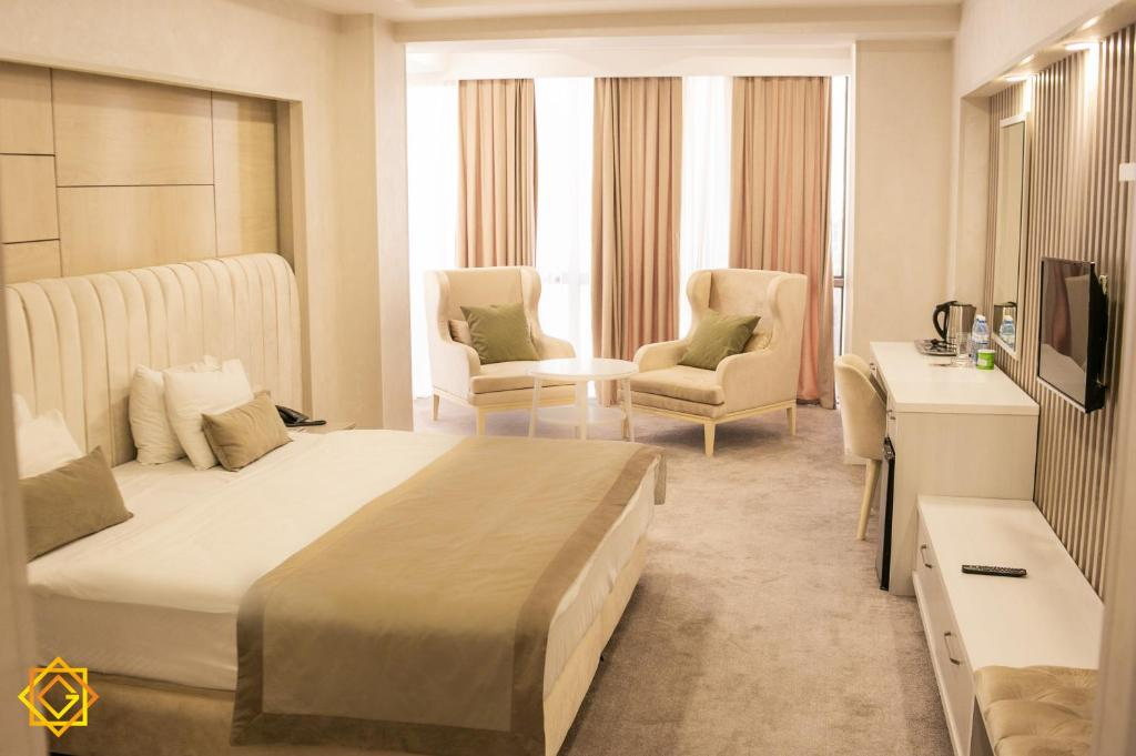 A bed or beds in a room at Ganjali Plaza Hotel