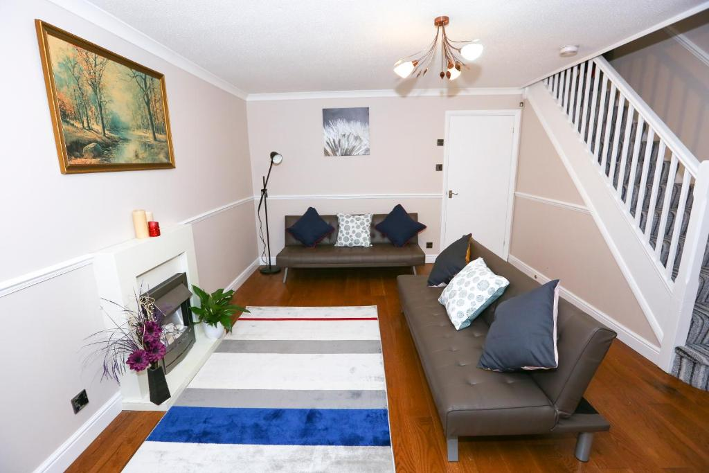 A seating area at THE PALMERSTON 3 BED HOUSE THAMESMEAD GREENWICH LONDON
