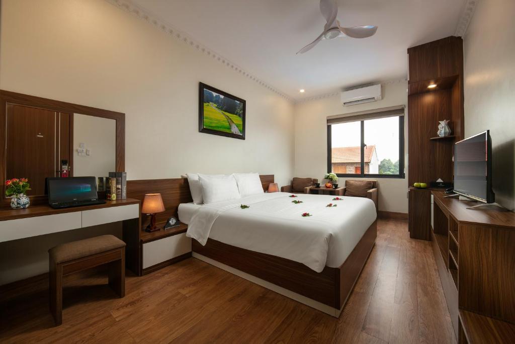 Phòng Deluxe Giường đôi với Ban công và Tầm nhìn ra Hồ bơi