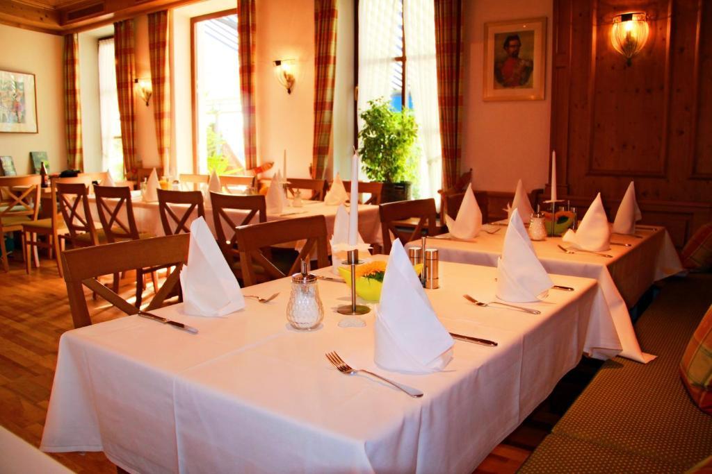 Ein Restaurant oder anderes Speiselokal in der Unterkunft Hotel Häußler