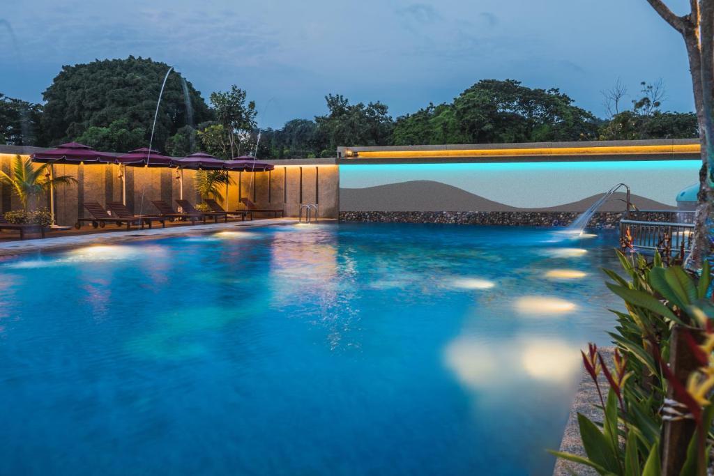 Der Swimmingpool an oder in der Nähe von Ibis Melaka