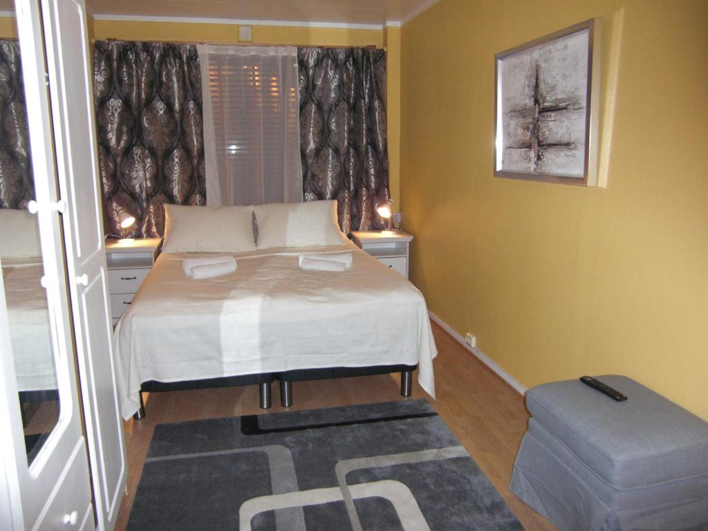 A bed or beds in a room at Barents Frokosthotell