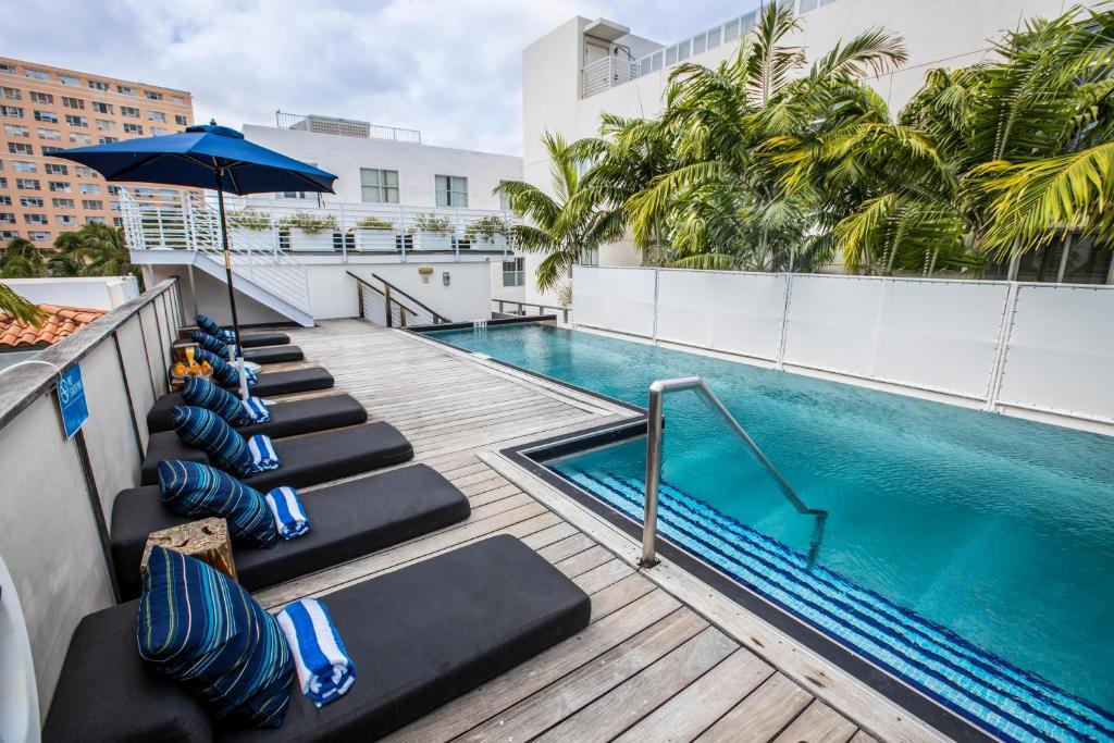 A piscina localizada em Posh South Beach ou nos arredores