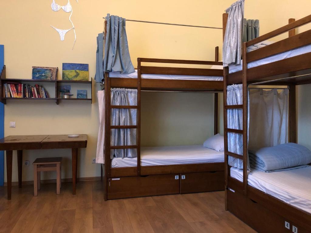 Двухъярусная кровать или двухъярусные кровати в номере Центро Хостел