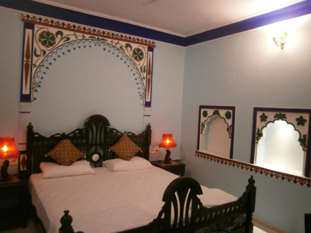 A bed or beds in a room at Bundi Inn - A Heritage Boutique Haveli