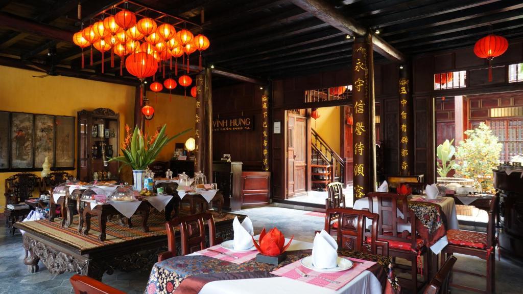 Ein Restaurant oder anderes Speiselokal in der Unterkunft Vinh Hung Heritage Hotel