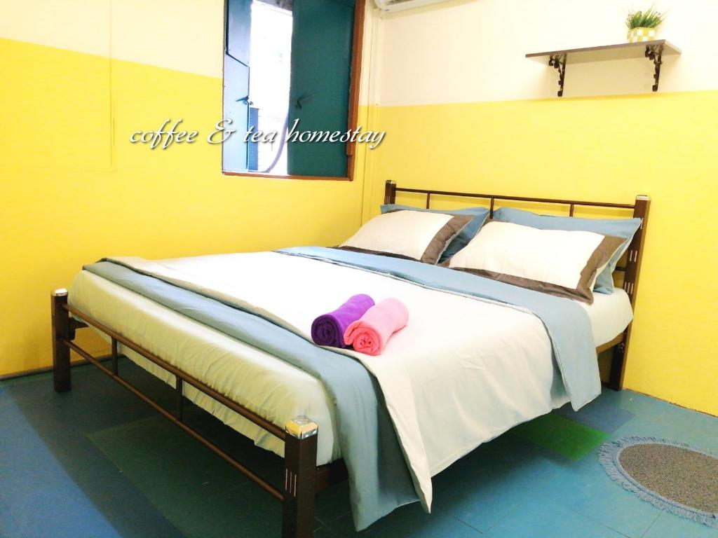 A bed or beds in a room at Coffee & Tea Homestay 2