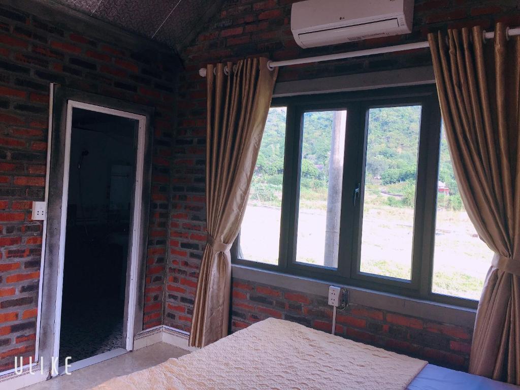 Phòng có giường cỡ King nhìn ra cảnh núi non