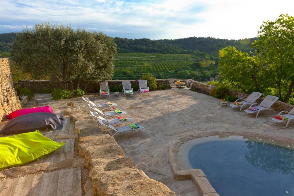 Vista sulla piscina di Château la Roque Provence o su una piscina nei dintorni