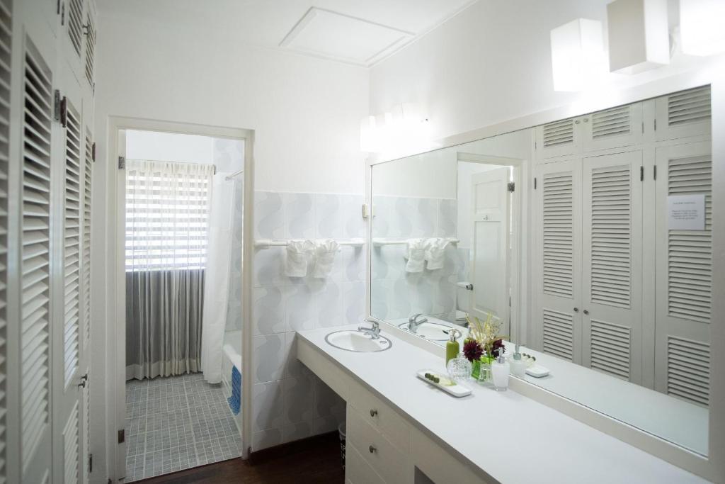 هتل Aircon, 3 Bedroom Villa on Beach, Pool, Runaway Bay, 5 Beds, 3 Bdrms, (VTRB)